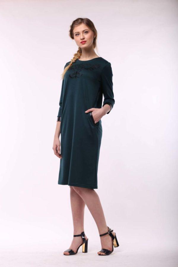 Теплое платье с вышивкой изумруд джерси