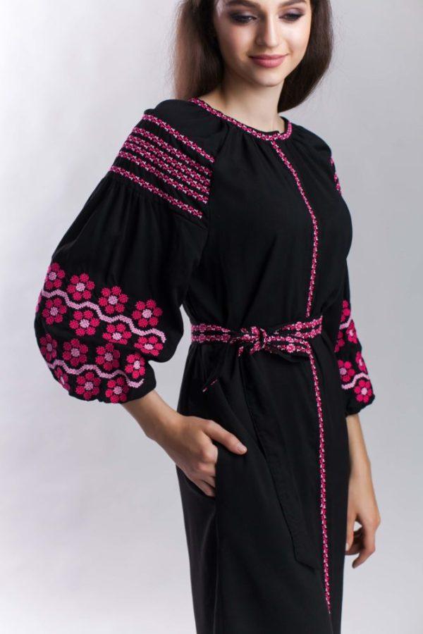 Платье с вышивкой Нежная ромашка черный/фуксия